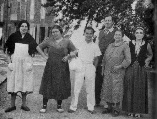 Deya, Mallorca: Karl Goldschmidt, Robert Graves, Laura Riding, and some village women